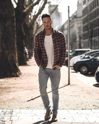 Cómo combinar: chaqueta estilo camisa de tartán negra, camiseta con cuello circular blanca, vaqueros grises, botines chelsea de ante marrónes
