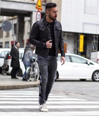 Cómo combinar: chaqueta estilo camisa de cuero negra, camiseta con cuello circular negra, vaqueros desgastados en gris oscuro, tenis de cuero en blanco y negro