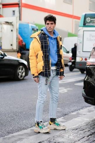 Cómo combinar: chaqueta estilo camisa de lana de tartán negra, plumífero amarillo, sudadera con capucha azul, camiseta con cuello circular blanca