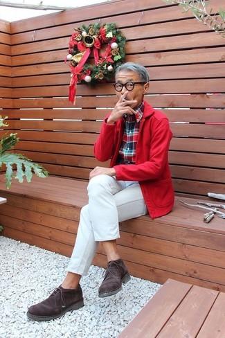 Cómo combinar: chaqueta estilo camisa roja, camisa de manga larga de tartán en blanco y rojo y azul marino, vaqueros blancos, botas safari de ante en marrón oscuro