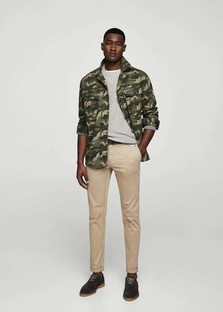 Cómo combinar: chaqueta estilo camisa de camuflaje verde oliva, sudadera gris, camiseta con cuello circular blanca, vaqueros marrón claro