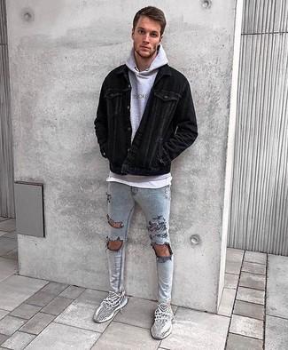 Cómo combinar: chaqueta estilo camisa de pana negra, sudadera con capucha gris, camiseta con cuello circular blanca, vaqueros pitillo desgastados grises