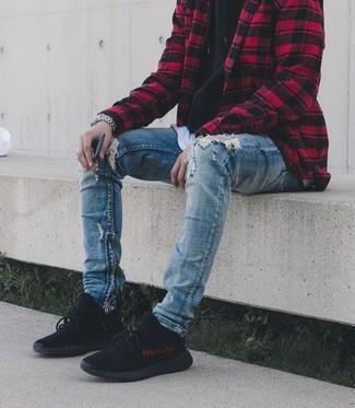 Cómo combinar: chaqueta estilo camisa a cuadros en rojo y negro, sudadera con capucha negra, camiseta con cuello circular blanca, vaqueros pitillo desgastados azules
