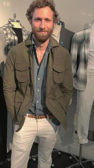 Cómo combinar: chaqueta estilo camisa verde oliva, camisa de manga larga gris, vaqueros blancos, correa de cuero marrón