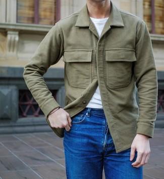 Cómo combinar: chaqueta estilo camisa verde oliva, camiseta con cuello circular blanca, vaqueros azules