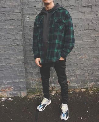 Cómo combinar: chaqueta estilo camisa de tartán verde oscuro, sudadera con capucha en gris oscuro, vaqueros pitillo negros, deportivas grises