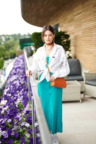 Cómo combinar: chaqueta estilo camisa blanca, vestido largo de seda en verde azulado, tenis blancos, bolso bandolera de cuero en tabaco