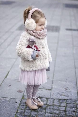 Cómo combinar: chaqueta de pelo blanca, falda de tul rosada, zapatos oxford en beige, guantes grises