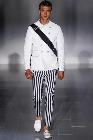 Cómo combinar: chaqueta militar blanca, pantalón chino de rayas verticales en negro y blanco, mocasín de cuero blanco, bolso mensajero de lona negro