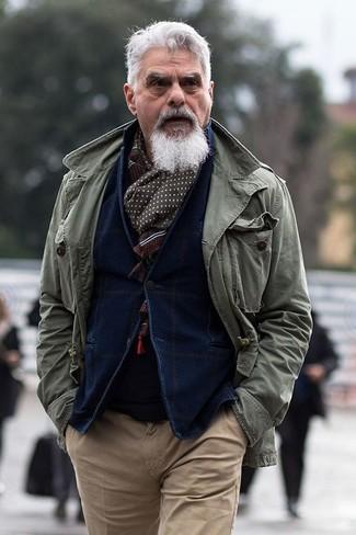 Cómo combinar: chaqueta militar verde oliva, blazer de pana azul marino, jersey con cuello circular negro, pantalón chino marrón claro