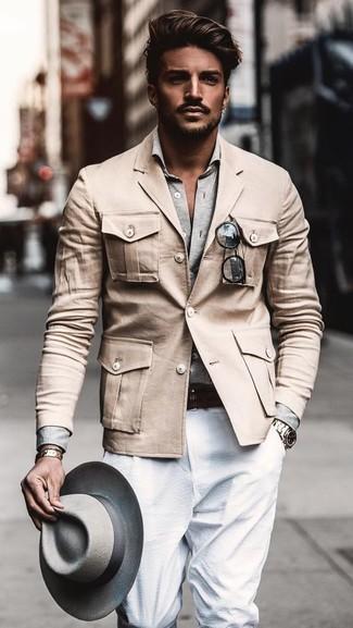 Cómo combinar: chaqueta militar en beige, camisa de manga larga gris, pantalón de vestir blanco, sombrero de lana gris