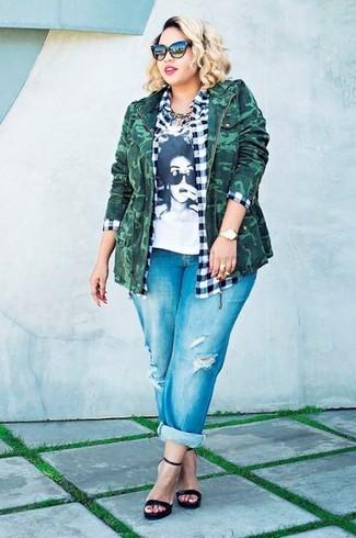Cómo combinar: chaqueta militar de camuflaje verde oscuro, camisa de vestir de cuadro vichy en blanco y negro, camiseta con cuello circular estampada en blanco y negro, vaqueros boyfriend desgastados azules