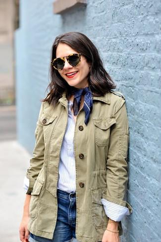 Cómo combinar: chaqueta militar verde oliva, camisa de vestir de rayas verticales celeste, pantalones cortos vaqueros azules, bandana a lunares azul marino