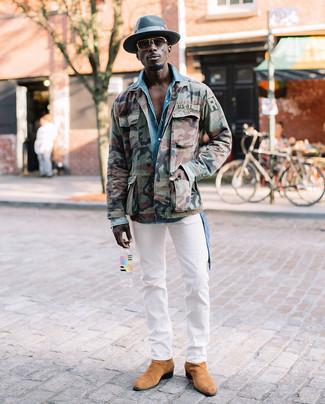 Cómo combinar: chaqueta militar de camuflaje verde oliva, camisa vaquera celeste, pantalón chino blanco, botines chelsea de ante marrón claro