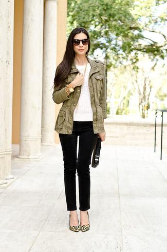 Cómo combinar: chaqueta militar verde oliva, camiseta con cuello circular de encaje blanca, vaqueros pitillo negros, zapatos de tacón de ante de leopardo marrón claro