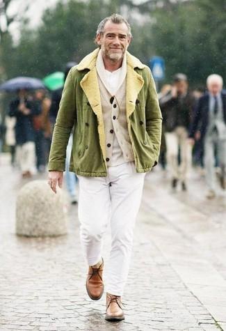 Cómo combinar: chaqueta militar verde oliva, cárdigan con cuello chal en beige, camiseta henley blanca, pantalón chino blanco