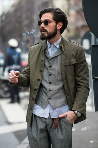 Cómo combinar: chaqueta militar verde oliva, chaleco de vestir gris, camisa de manga larga de seersucker celeste, pantalón de vestir gris