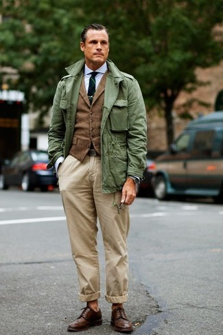 Cómo combinar: chaqueta militar verde oliva, chaleco de vestir de lana marrón, camisa de vestir de cuadro vichy celeste, pantalón chino en beige
