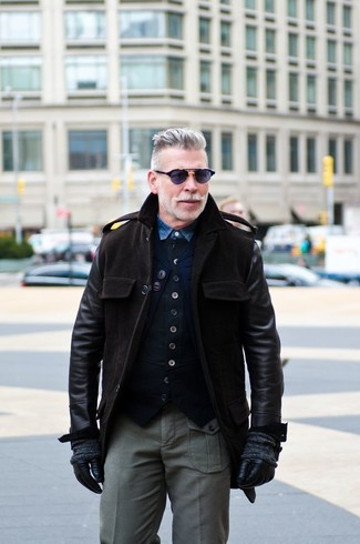 Cómo combinar: chaqueta militar de cuero en marrón oscuro, chaleco de vestir de algodón negro, camisa vaquera azul, pantalón cargo gris