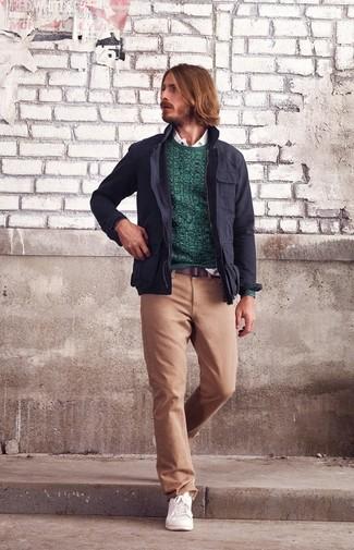 Cómo combinar: chaqueta militar azul marino, jersey con cuello circular en verde azulado, camisa de manga larga blanca, pantalón chino marrón claro
