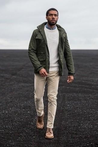 Cómo combinar: chaqueta militar verde oliva, jersey con cuello circular blanco, camisa vaquera azul, pantalón chino en beige