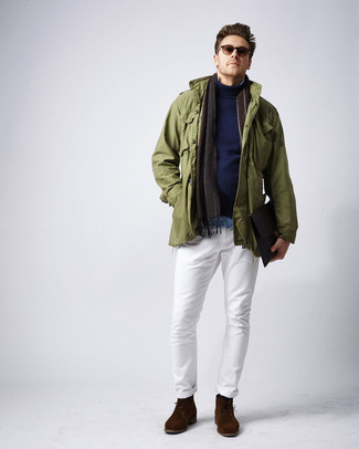 Cómo combinar: chaqueta militar verde oliva, jersey de cuello alto azul marino, camisa vaquera celeste, pantalón chino blanco