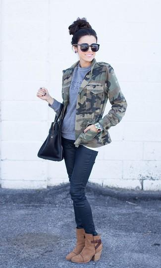 Cómo combinar: chaqueta militar de camuflaje verde oliva, sudadera estampada gris, vaqueros pitillo negros, botines de ante marrónes