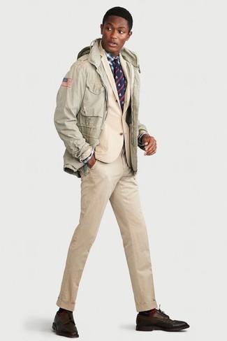 Cómo combinar: chaqueta militar en verde menta, traje en beige, camisa de vestir de tartán en blanco y azul marino, zapatos derby de cuero en marrón oscuro