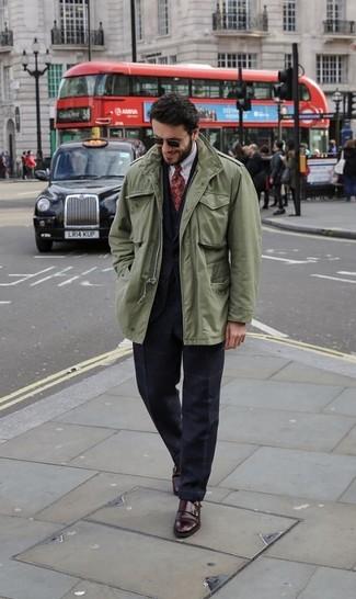 Cómo combinar: chaqueta militar verde oliva, traje a cuadros negro, chaleco de vestir negro, camisa de vestir blanca