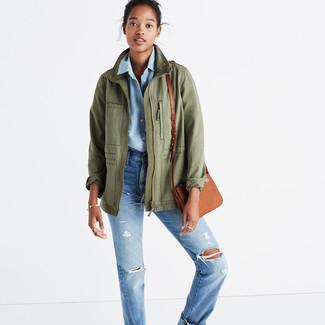 Cómo combinar: chaqueta militar verde oliva, camisa de vestir de cambray celeste, vaqueros boyfriend desgastados celestes, bolso bandolera de cuero marrón claro