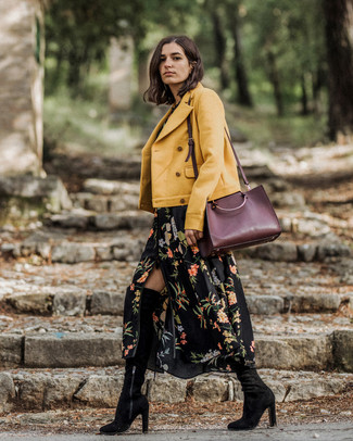 Cómo combinar: chaqueta motera amarilla, vestido largo con print de flores negro, botas sobre la rodilla de ante negras, bolsa tote de cuero burdeos
