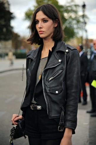 Emparejar una chaqueta motera de cuero negra y unos pantalones cortos negros es una opción cómoda para hacer diligencias en la ciudad.