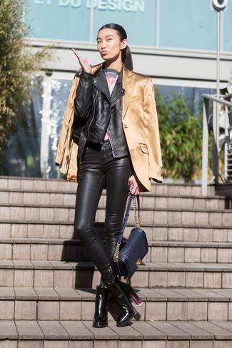 Cómo combinar: chaqueta motera de cuero negra, blazer de satén marrón claro, top corto estampado en gris oscuro, pantalones pitillo de cuero negros