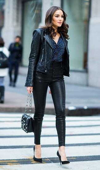 Cómo combinar: chaqueta motera de cuero negra, blusa de botones a lunares en azul marino y blanco, pantalones pitillo de cuero negros, zapatos de tacón de ante negros