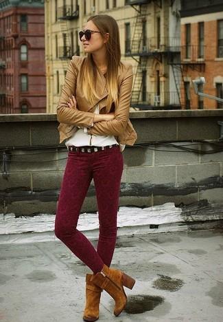 Cómo combinar: chaqueta motera de cuero marrón claro, blusa de manga larga blanca, pantalones pitillo estampados burdeos, botines de ante marrónes