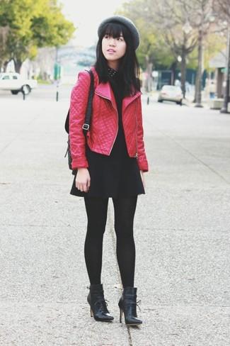 Cómo combinar: chaqueta motera de cuero acolchada roja, blusa sin mangas con tachuelas negra, falda skater negra, botines con cordones de cuero negros