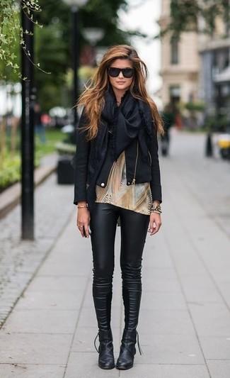 Mantén tu atuendo relajado con una chaqueta motera de cuero negra y unos leggings de cuero negros. ¿Por qué no ponerse botines de cuero negros a la combinación para dar una sensación más clásica?