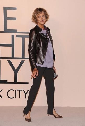 Cómo combinar: chaqueta motera de cuero negra, blusa sin mangas de seda gris, pantalón de pinzas negro, zapatos de tacón de cuero dorados