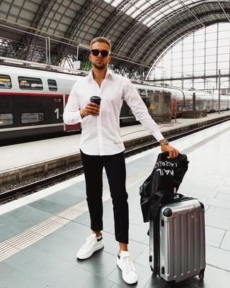 Cómo combinar: chaqueta motera de cuero estampada negra, camisa de manga larga blanca, pantalón chino negro, tenis de cuero en blanco y negro