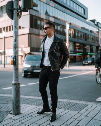 Cómo combinar: chaqueta motera de cuero negra, camisa de manga larga blanca, vaqueros pitillo negros, botines chelsea de cuero negros