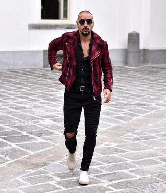Cómo combinar: chaqueta motera de tartán en rojo y negro, camisa de manga larga negra, vaqueros pitillo desgastados negros, botines chelsea de ante blancos