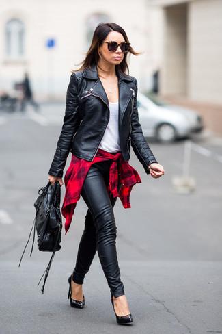 Cómo combinar: chaqueta motera de cuero negra, camisa de vestir de tartán roja, camiseta sin manga blanca, pantalones pitillo de cuero negros