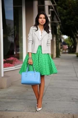 ... Intenta combinar una chaqueta motera de cuero gris junto a una falda  campana verde para lidiar 0821a2d3e0f05