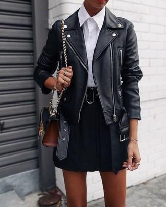Cómo combinar: chaqueta motera de cuero negra, camisa de vestir blanca, falda skater negra, bolso bandolera de cuero negro
