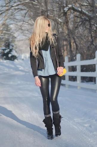 Cómo combinar: chaqueta motera negra, camisa de vestir de cambray celeste, leggings de cuero negros, botas a media pierna negras