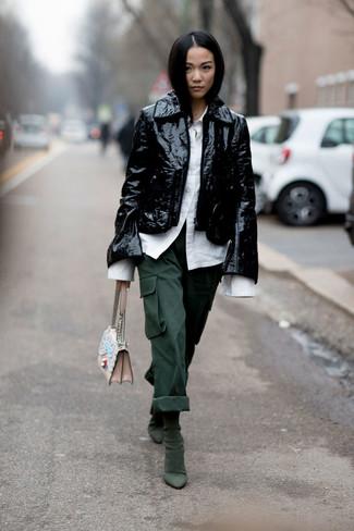 Cómo combinar: chaqueta motera de cuero negra, camisa de vestir blanca, pantalón cargo verde oscuro, botines de ante verde oscuro