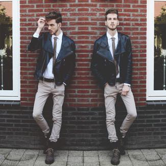 Cómo combinar: chaqueta motera de cuero negra, camisa de vestir blanca, pantalón chino en beige, botas casual de cuero en marrón oscuro