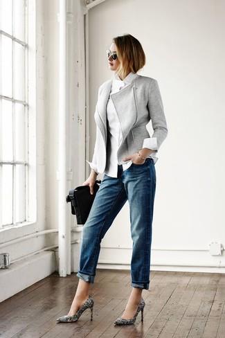 Cómo combinar: chaqueta motera de lana gris, camisa de vestir blanca, vaqueros boyfriend azules, zapatos de tacón de cuero estampados en negro y blanco
