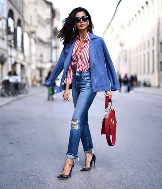 Cómo combinar: chaqueta motera azul, camisa de vestir de rayas verticales en blanco y rojo, vaqueros desgastados azules, zapatos de tacón de cuero con tachuelas negros