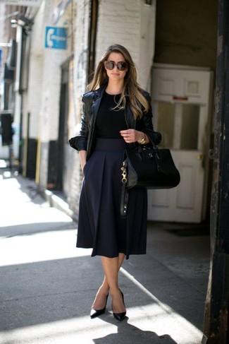 Cómo combinar: chaqueta motera de cuero negra, camiseta con cuello circular negra, falda campana azul marino, zapatos de tacón de cuero negros